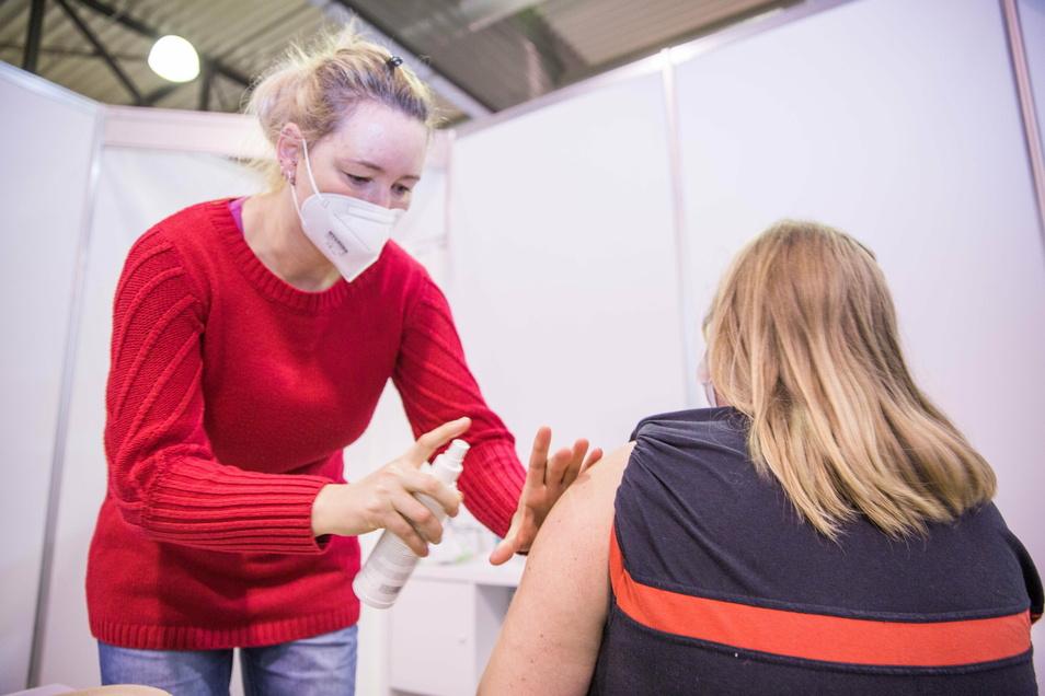 Die Medizinische Fachangestellte Anne Fischer verabreicht Babette Steffen den Corona-Impfstoff.