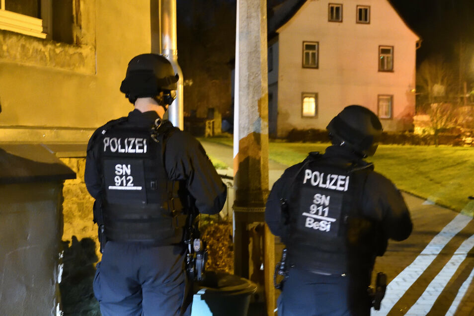 Schwer bewaffnete Polizisten beobachten am Mittwoch das Haus auf der Freiberger Straße, in dem Waffen vermutet werden