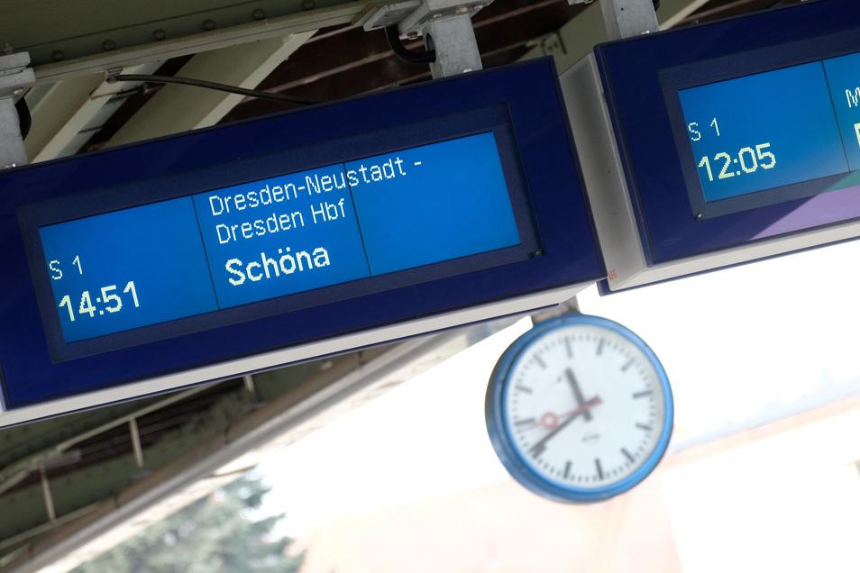 Wie eingefroren zeigte sich die Anzeigetafel auf dem Meißner Bahnhof. Nach mehreren Wochen ist dieses Problem nun behoben.