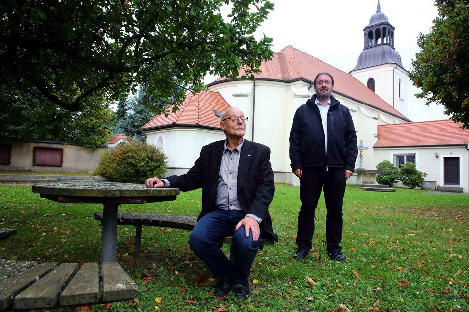 Jörg Bäuerle (l.) ist Mitglied im Ortskirchenrat und hält anlässlich des Jubiläums zwei Vorträge zur Geschichte der katholischen Pfarrei bis 1871. Uwe Peukert ist seit 2020 katholischer Pfarrer in Kamenz.