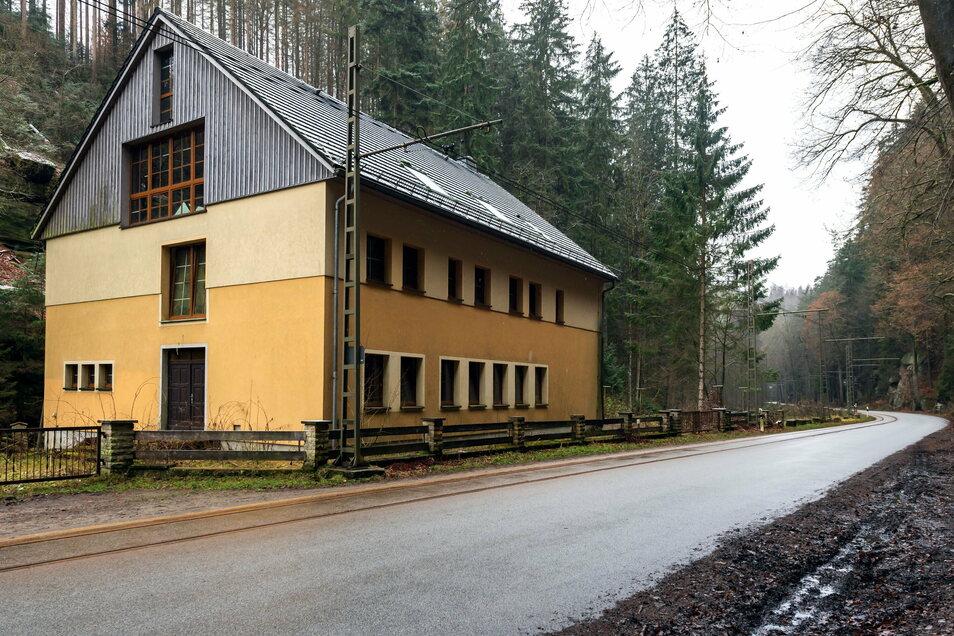 Das gelbe Gebäude auf der gegenüberliegenden Straßenseite des Beuthenfalls könnte künftig wieder Touristen beherbergen.