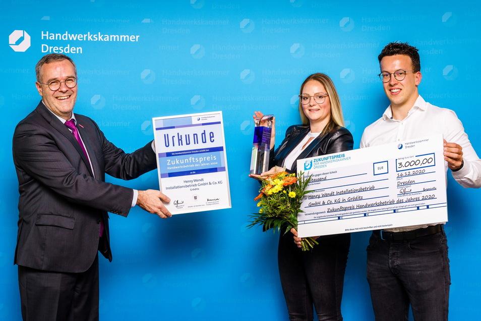 Handwerkskammerpräsident Jörg Dittrich überreicht die Auszeichnung an Josefin Ellger und Installateur- und Heizungsbauermeister Hendrik Wendt von der Henry Wendt Installationsbetrieb GmbH & Co. KG in Gröditz.