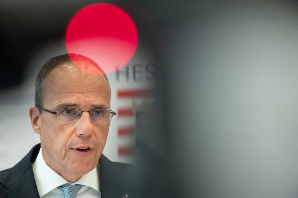 Peter Beuth (CDU), hessischer Innenminister, löst das Frankfurter SEK auf.