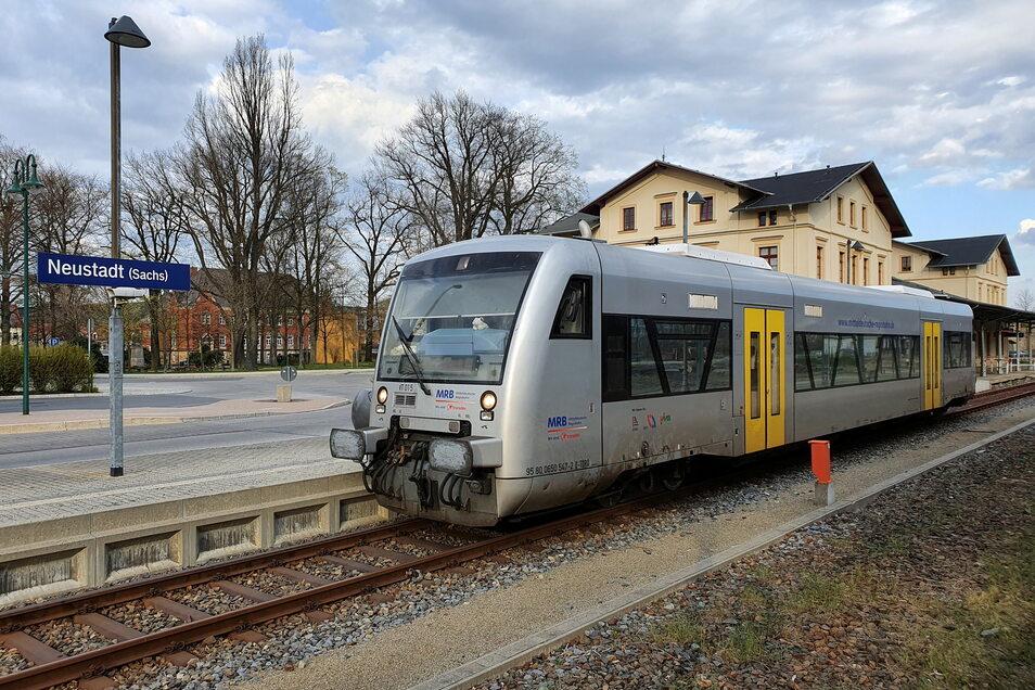 Ein Triebwagen der Mitteldeutsche Regiobahn am Bahnhof in Neustadt.