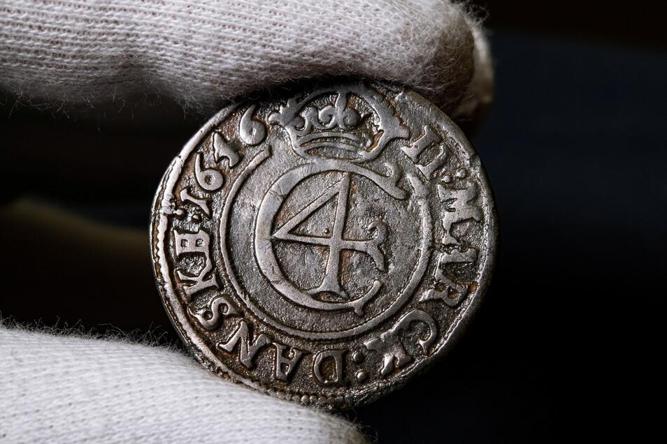 Archäologisch interessant: Diese dänische Silbermünze von 1646 ist einer von Ronny Schotts wertvollen Funden, die nun der Wissenschaft dienen.