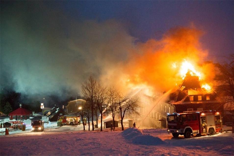 """Im """"Kastell"""" am Fuße des Fichtelbergs ist am Montagmorgen ein Großfeuer ausgebrochen."""