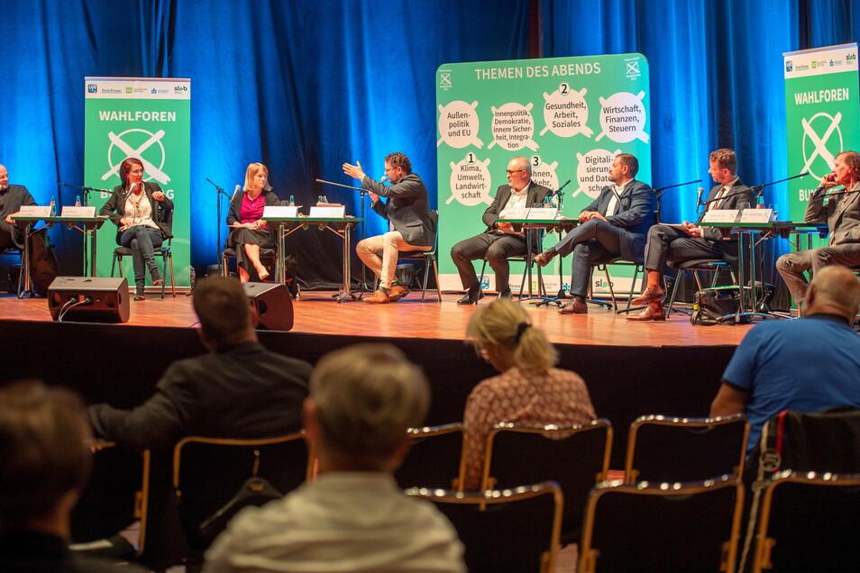 Im Großenhainer Kulturschloss: Markus Pohle (Linke), Karin Beese (Bündnis 90/Grüne), Stephanie Dzeyk (SPD), Peter Anderson und Ulf Mallek (Sächsische Zeitung), Sebastian Fischer (CDU), Martin Richter (FDP) und Detlev Spangenberg (AfD).
