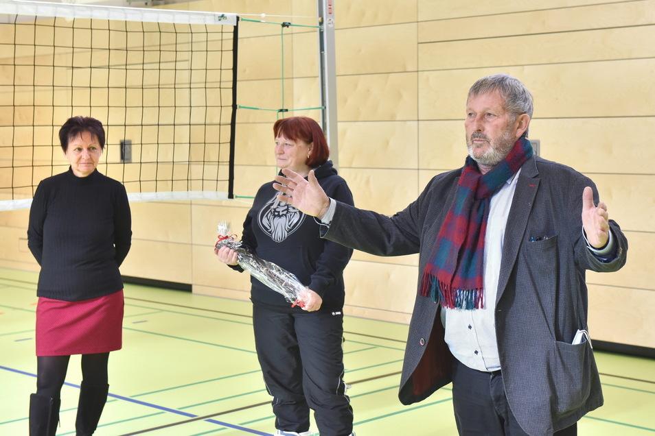 Schulleiterin Katrin Jungnickel (v.l.), OB Kerstin Körner und Andreas Mannschatz, Gießereichef und Vorsitzender der SG Stahl Schmiedeberg, bei der Schlüsselübergabe für die neue Turnhalle.