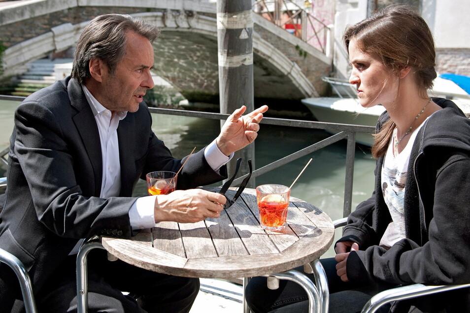 Commissario Brunetti (Uwe Kockisch) und Tochter Chiara (Laura-Charlotte Syniawa).