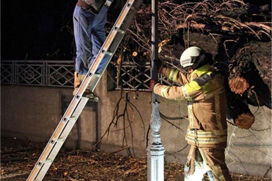 Zwischenzeitlich mussten die Aufräumarbeiten unterbrochen werden, da ein Techniker eine Gaslaterne demontieren musste.