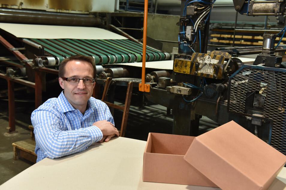Geschäftsführer Ronny Ruider 2016, kurz nachdem er die Glashütter Kartonagenfabrik übernahm. Er zahlt mehr als den Mindestlohn – trotzdem muss er die geplanten Erhöhungen beachten und sieht darin Konstruktionsfehler.