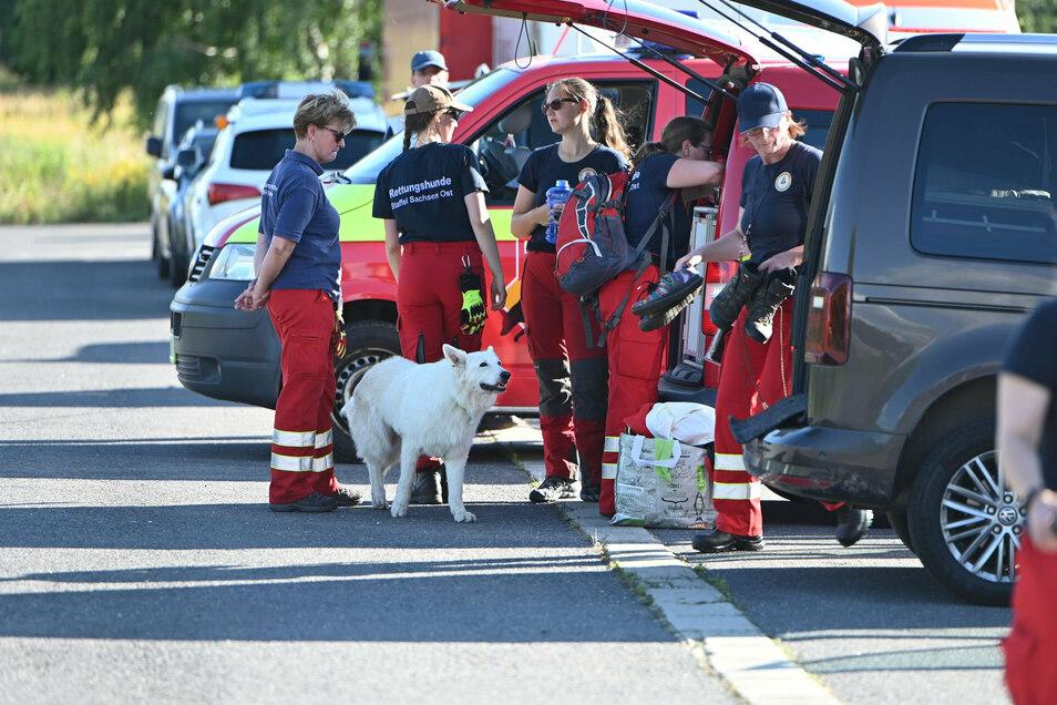 Die Sammelstelle der Einsatzkräfte war am Bahnhof in Gersdorf. Bei Eltern und Rettern war die Erleichterung groß, als das Kind am Abend endlich gefunden wurde.