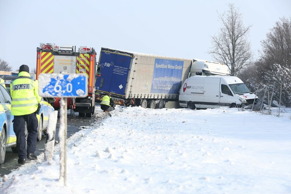 Der Lkw ist auf den Transporter aufgefahren, dann schleuderten die Autos in den Graben.