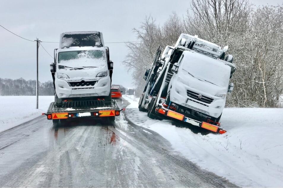 Auf der S165 zwischen Lohmen und Rathewalde rutschte ein Autotransporter in den Graben.