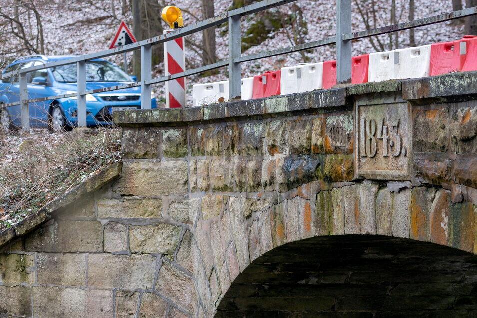 Die Straße zwischen Hohnstein und Porschdorf, die sogenannte Sense, ist wieder schick. Das kann man von dieser Brücke jedoch nicht sagen. Busse dürfen sie nicht mehr passieren.