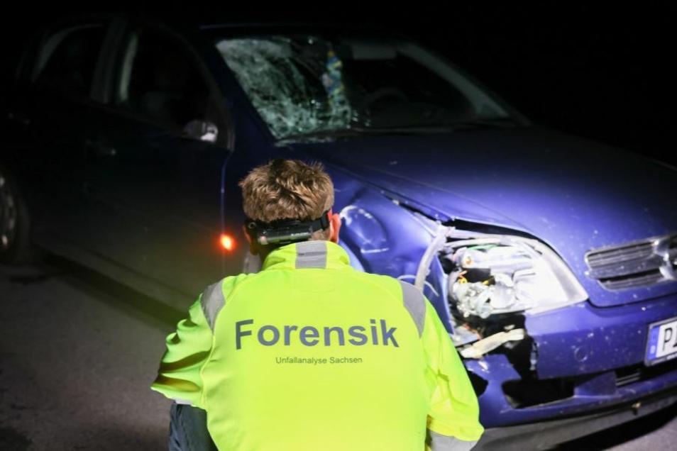 Zwischen Dresden und Bischofswerda wurde am Montagabend nahe des Kreisverkehrs Fischbach ein Radfahrer bei einem Zusammenstoß mit einem Auto schwer verletzt. Jetzt sucht die Polizei Zeugen.