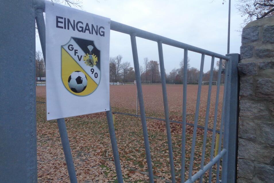 """Blick auf den Hartplatz auf der Großenhainer Jahnkampfbahn. Hier soll die """"rote Erde"""" durch grünen Rasen ersetzt werden."""
