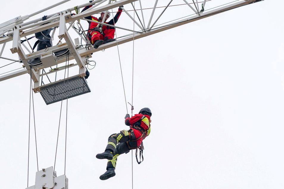 An einem großen Baukran übten Bautzener Feuerwehrleute jetzt das Abseilen.