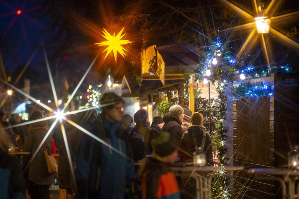 Lichterglanz und Budenzauber im vorigen Advent in Radebeul. So dicht soll es in diesem Jahr nicht zugehen. Die Organisatoren wollen den Weihnachtsmarkt an den ersten drei Adventswochenenden über die Stadt verteilen.