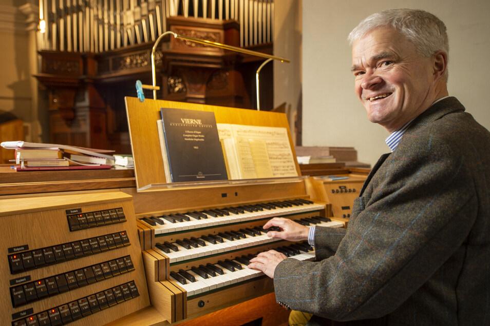 """Albrecht Bolza-Schünemann an der Orgel in der Radebeuler Lutherkirche: """"Ich mag, wie jeder Organist, besonders Johann Sebastian Bach, aber auch romantische französische Kompositionen wie Charles-Marie Widor oder Louis Vierne."""