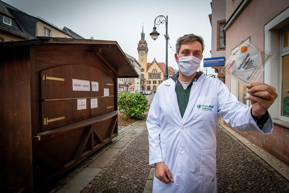 Sebastian Michael von der Löwen-Apotheke Waldheim zeigt eine noch eingeschweißte FFP-2-Maske. Die sollen ab nächster Woche verteilt werden.