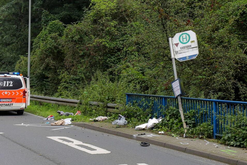 Bei einem schweren Unfall an einer Bushaltestelle in Würselen bei Aachen sind eine Frau und ihr Kind getötet worden.