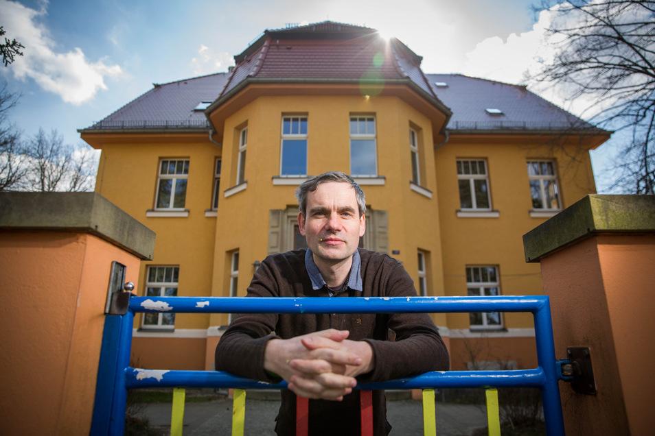 """Der Kita-Leiter Andreas Reupert vor seiner Einrichtung """"Am Karswald"""". Er hat wegen der Corona-Pandemie auf Notbetreuung umgestellt."""