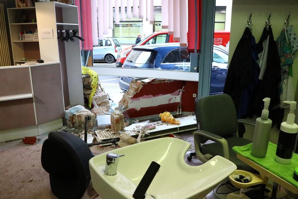 Scheibe und Fahrzeug wurden bei dem missglückten Einparkversuch demoliert.