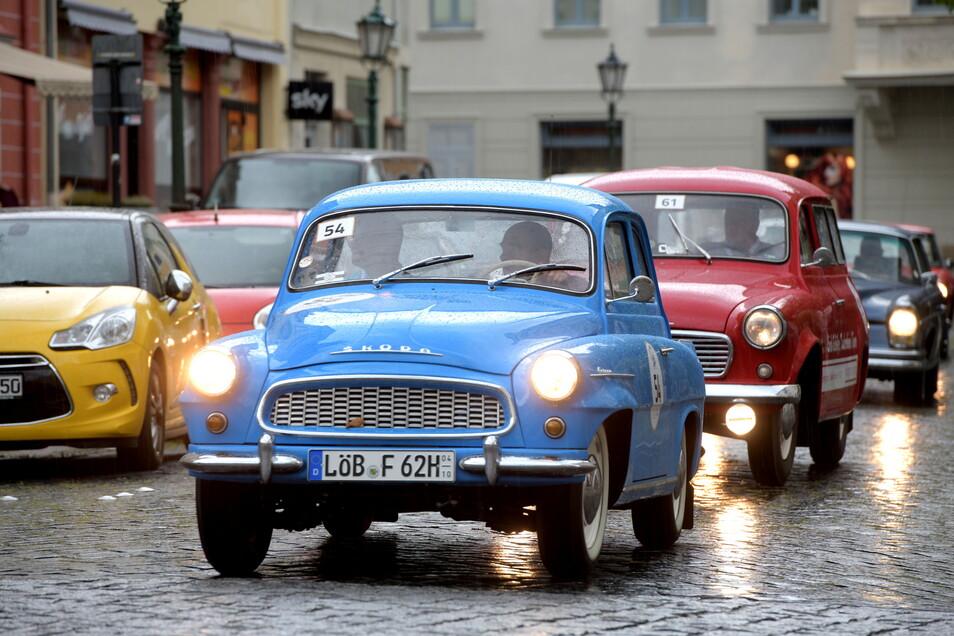 Mit dabei waren auch Udo und Olaf Kretschmer mit ihrem himmelblauen Skoda Oktavia aus dem Jahr 1962. Hier fahren sie auf der Löbauer Nicolaistraße.