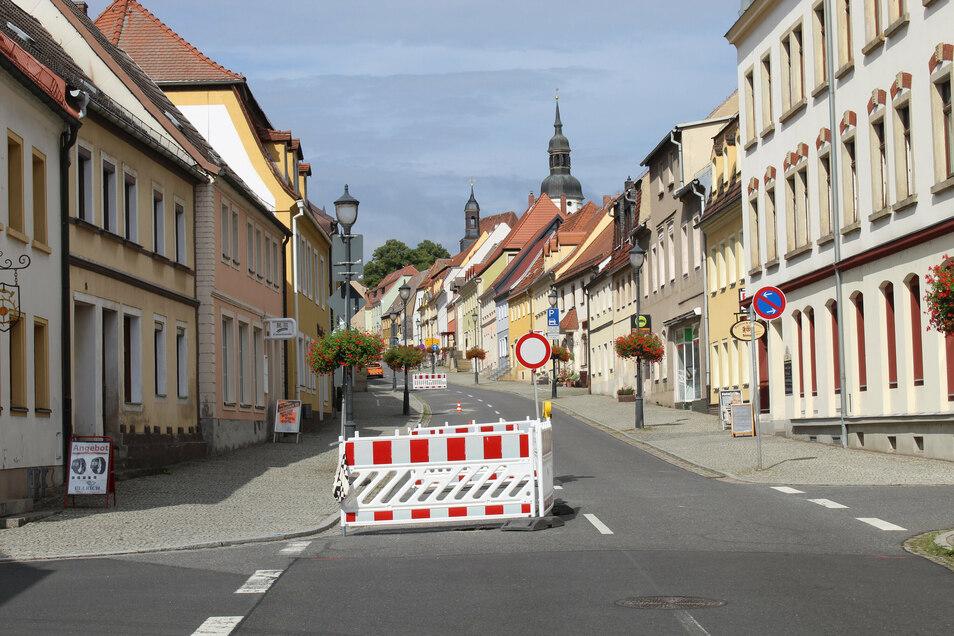 Bis hierhin und nicht weiter. Die B 182 ist von der Hauptstraße bis zum Schloss gesperrt.
