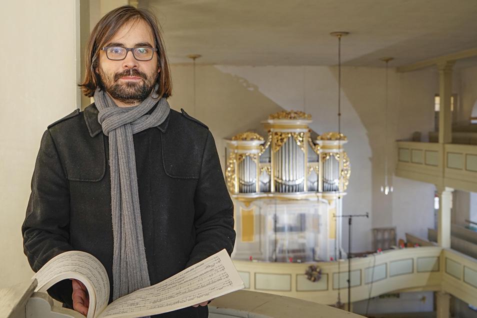 Kurz vor seinem Abschied von der Gemeine Crostau trifft man Lucas Pohle noch immer an der Silbermann-Orgel in der Crostauer Kirche. Derzeit nimmt er an dem Instrument eine CD auf, die ab Sommer diesen Jahres erhältlich sein wird.