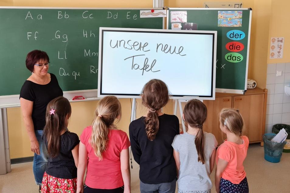 Lehrerin Frau Thiemann zeigt Schülern der Grundschule Seifhennersdorf die erste digitale Tafel.