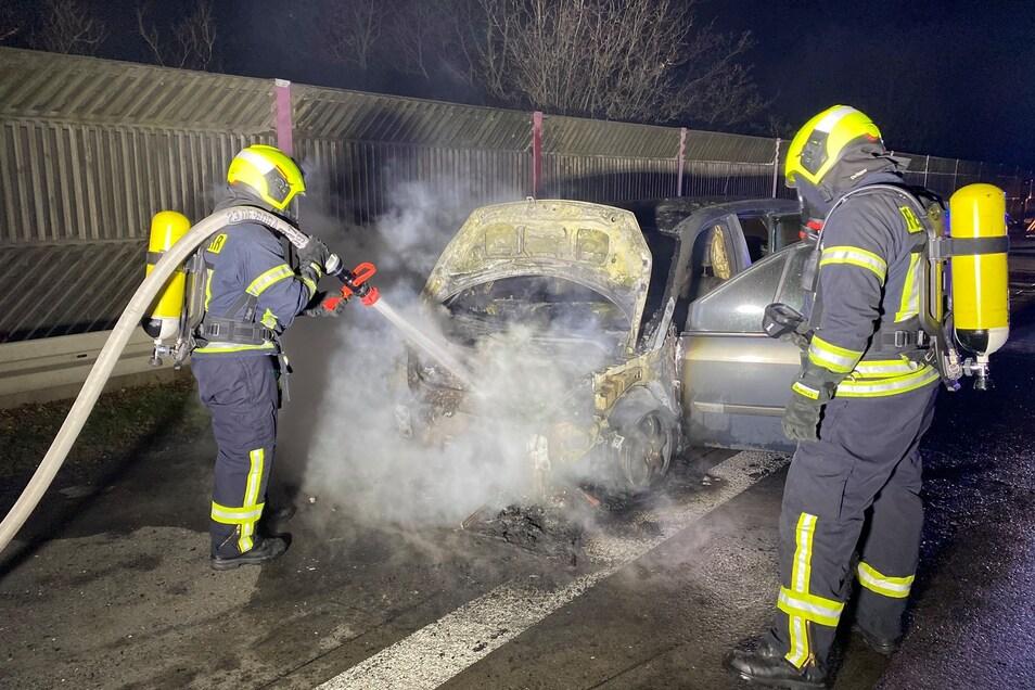 Unter Atemschutz mussten die Kameraden der Feuerwehr den Brand löschen.