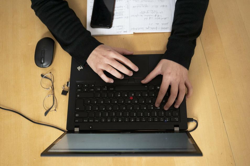 Damit auch allen Lehrern die benötigte Technik für den Online-Unterricht zur Verfügung steht, sollten Laptops angeschafft werden. Bisher wurde jedoch noch kein Euro dafür ausgegeben.