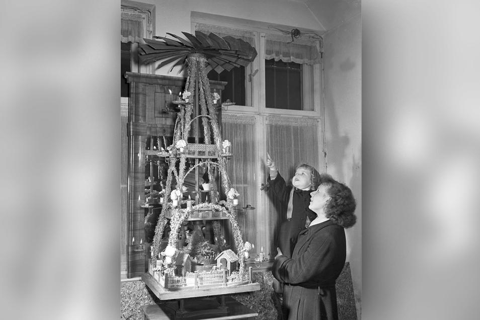 Im Advent 1950. Diese prächtige Pyramide stand damals in der Weihnachtsausstellung im Märkischen Museum Berlin.