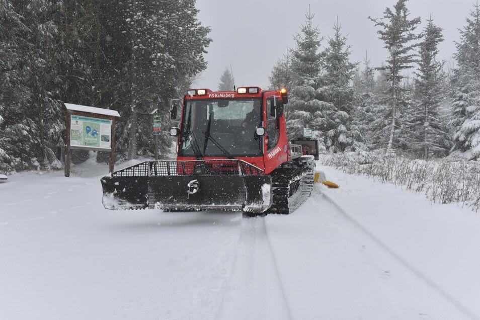 Die Altenberger Bauhof-Mitarbeiter drücken mit der Pistenraupe den Schnee rund um den Kahleberg an und spuren die Loipen auch ohne Tourismusbetrieb.