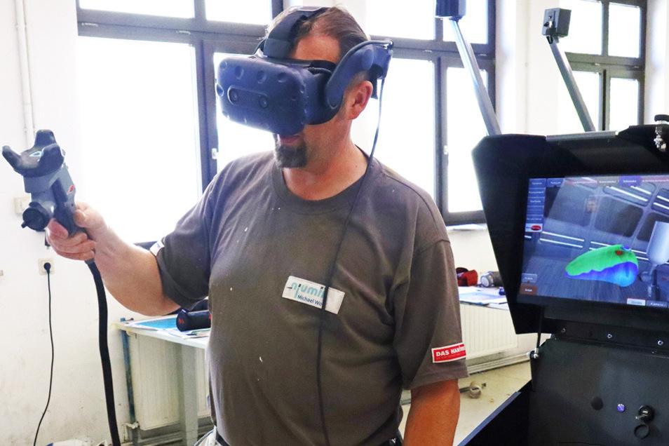 Mit einem Controller und der VR-Brille werden verschiedene Arbeitsschritte des Lackierens nachgestellt. Die Anlage erkennt, ob die Lackschicht zu dick, zu dünn oder unregelmäßig aufgetragen wurde und markiert die Stellen entsprechend auf der Anzeige. Blau bedeutet zu wenig, rot zu viel Lack. Ist die Stelle grün, wurde alles richtig gemacht.