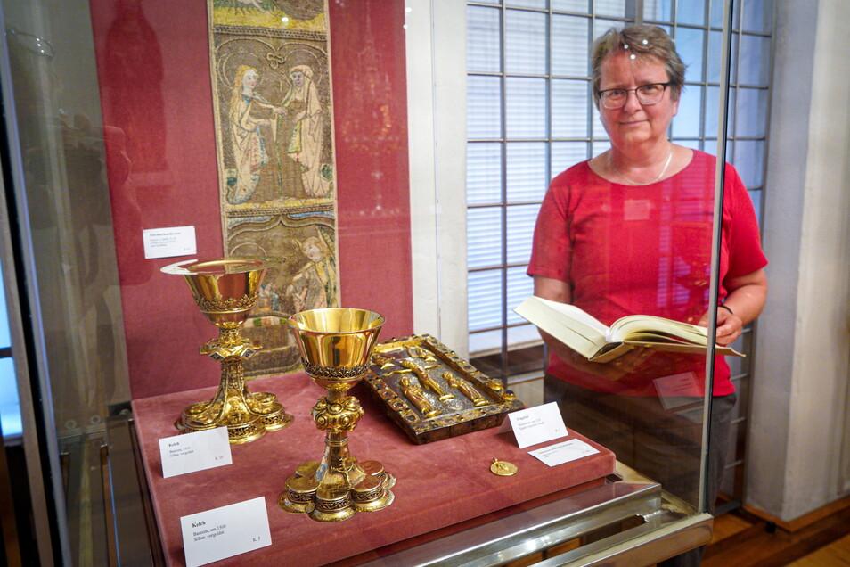 Der Tragealtar, den Birgit Mitzscherlich gemeinsam mit zwei Kelchen in einer Vitrine präsentiert, ist eine der größten Kostbarkeiten der Bautzener Domschatzkammer.