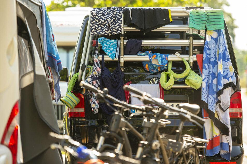 Auf dem Campingplatz wird der Fahrradständer am Auto zum Wäschetrockner für die Badesachen umfunktioniert.
