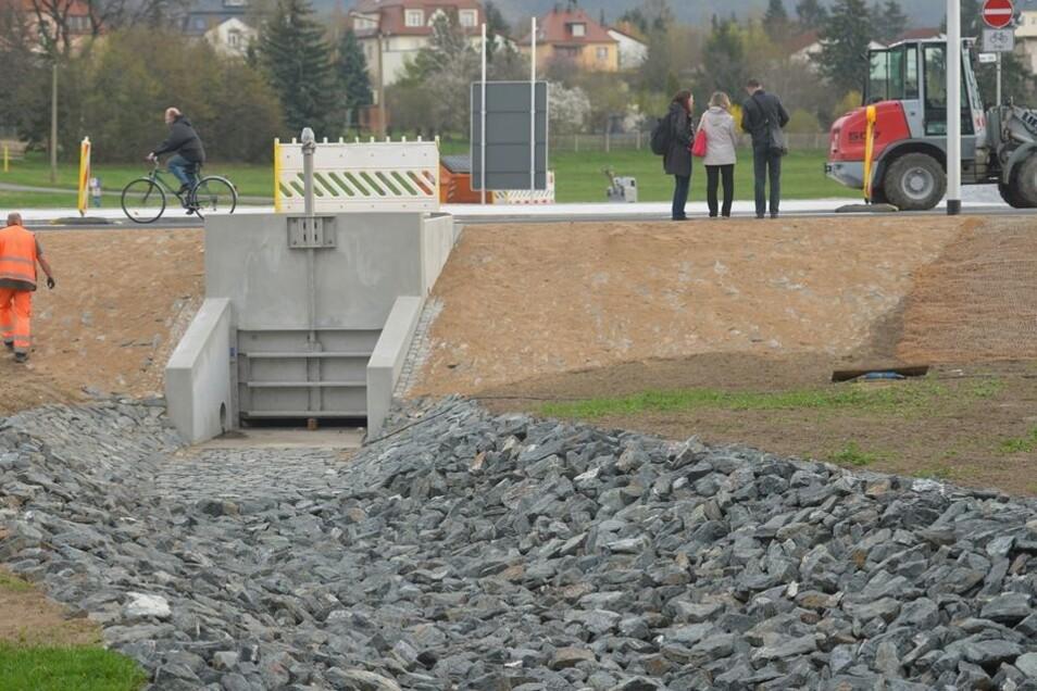 Ein neuer Abfluss mit Schieber wurde in die Straße eingebaut. Falls mal wieder die Flut abgelassen werden muss.