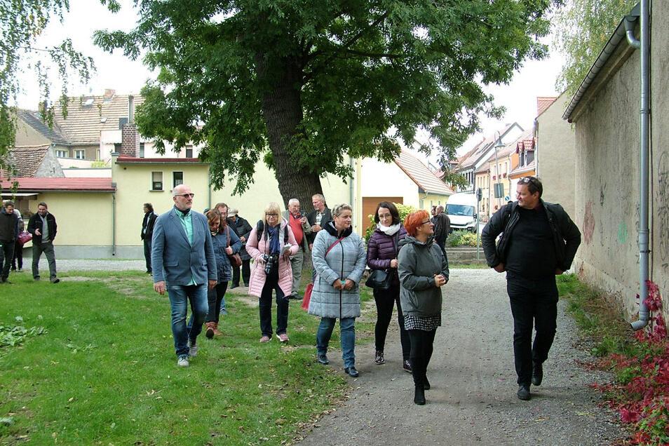 Auf dem Stadtteich-Areal im Rücken die Kulisse von Wittichenau beschreiten den Krabat-Radwanderweg die Besucher.