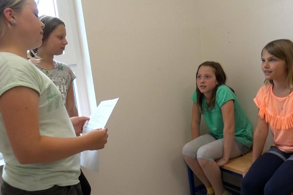 Wie soll die nächste Szene ablaufen? Die Schülerinnen diskutieren darüber.