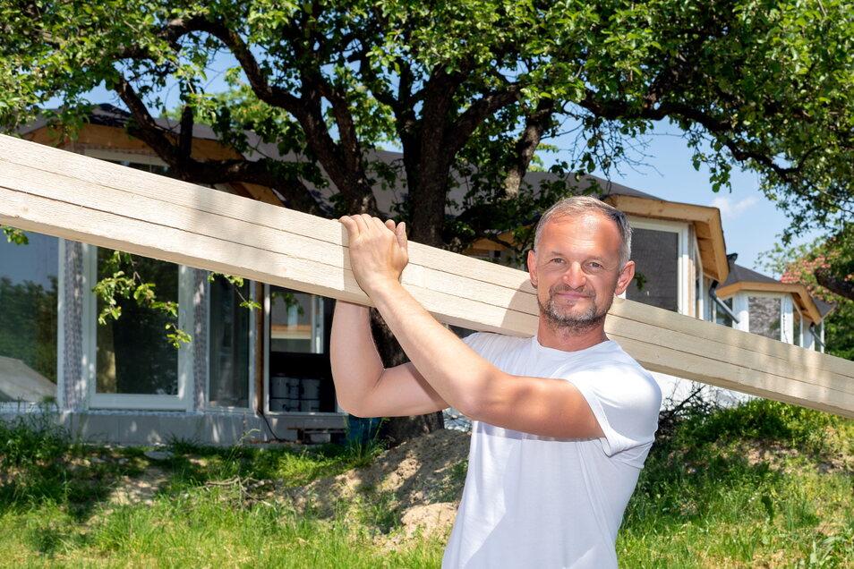 Mario Ritscher von der gleichnamigen Dachdeckerei verantwortet im Auftrag den Weichaer Hofs den Bau von vier Tiny Houses.
