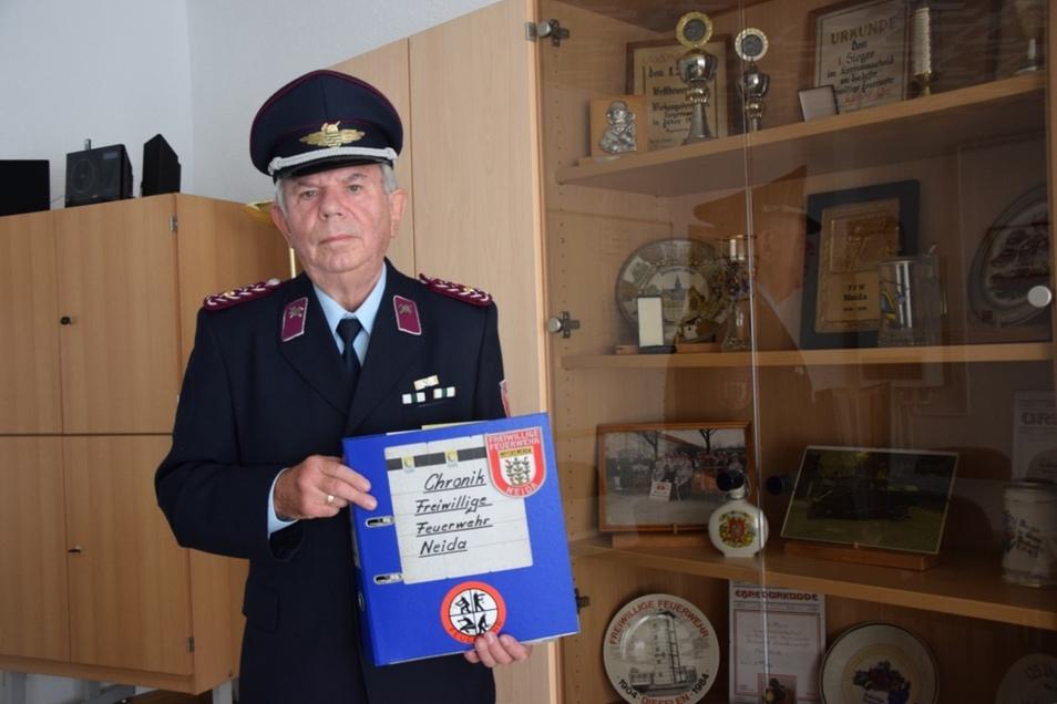 Seit 1970 führt Hubert Sir die Chronik der Ortsfeuerwehr Neida. Dabei unterstützen ihn viele Kameraden mit Zuarbeiten.