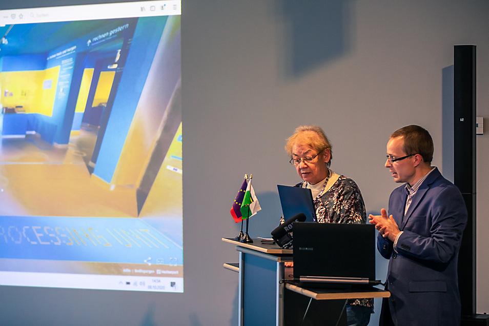 """Die Abschlussveranstaltung zum Schülerprojekt """"Zuse schaut über die Grenzen"""" im ZCOM Hoyerswerda hat zweisprachig stattgefunden. Kurzfristig konnte Helga Nickich bei der Übersetzung für die Online-Zuschauer aushelfen."""