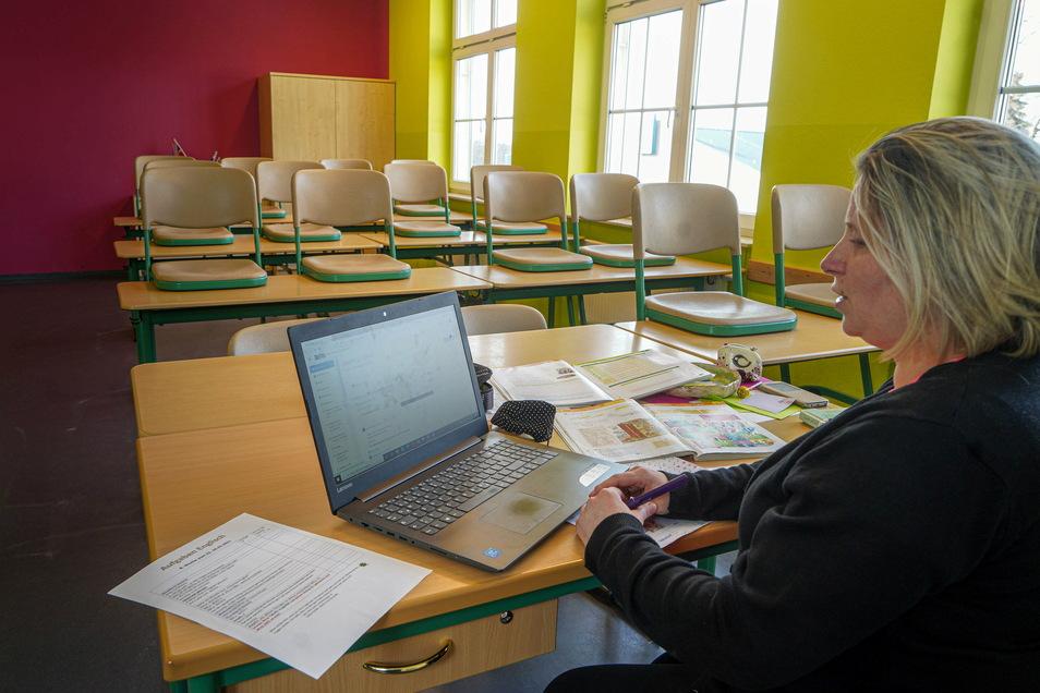 Irgendwie unwirklich wirkt es, wenn Daniela Stramke in einem leeren Klassenzimmer der Großdubrauer Oberschule digitalen Englischunterricht erteilt. Diese neue Form des Lernens fordert viel Einsatz von Schülern und Lehrkräften.