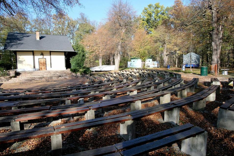Vorzeitig winterfest gemacht: Freilichtbühne am Gellertberg in Niederau ruht still.