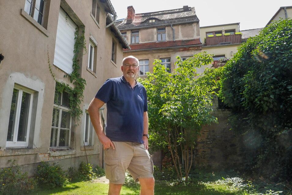 Rainer Scholz im Hinterhof seines Hauses Innere Weberstraße 24 in Zittau.