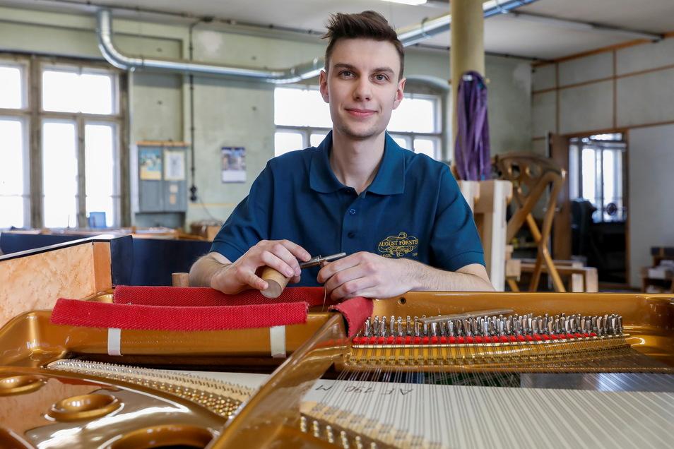 230 Seiten muss Klavierbauer Ole Becker für diesen Flügel einspannen und befestigen. Nach dreieinhalbjähriger Lehre ist er von Förster übernommen worden und hat gut zu tun.