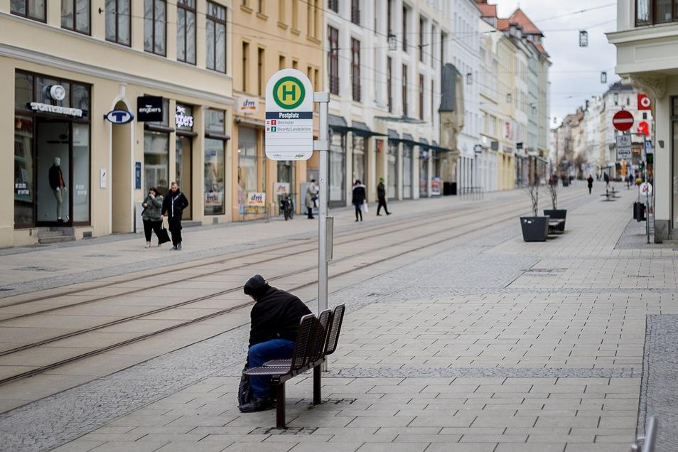 Selbst auf der Berliner Straße sind nur vereinzelt Menschen unterwegs.